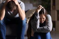 Traurige Paare nach Argument oder Auseinanderbrechen Stockbilder