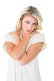 Traurige recht blonde schauende Kamera Lizenzfreies Stockbild