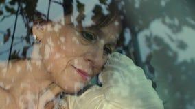 Traurige reife Frau im Auto stock video