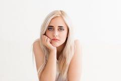 Traurige schöne junge blonde Frau gebohrt Stockfoto