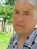 Traurige schauende Großmutter Stockfoto