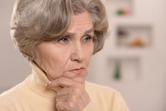 traurige schöne ältere Frau Lizenzfreie Stockfotos
