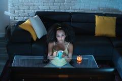 Traurige schwarze Frauen-aufpassende Drama Fernsehenshow und Schreien Stockbild