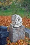 Traurige Skulptur auf einem Grabstein Goritsky-Kloster von Dormition in der Stadt von Pereslavl-Zalessky Russland Lizenzfreie Stockfotos
