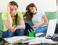 Traurige Studenten, die zu Hause studieren Lizenzfreies Stockbild