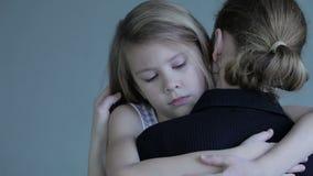 Traurige Tochter, die zu Hause seine Mutter umarmt stock video footage