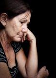 Traurige und besorgte alte Frau Stockbilder