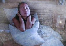 Traurige und deprimierte asiatische koreanische Frau in der leidender Krisenangst und -schlaflosigkeit des Betts, die elend sich  Lizenzfreie Stockbilder