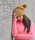 Traurige und deprimierte Frau tief im Gedanken draußen mit Kopienraum Lizenzfreie Stockfotografie