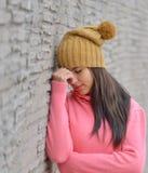 Traurige und deprimierte Frau tief im Gedanken draußen mit Kopienraum Stockbild