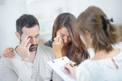 Traurige und deprimierte Paare der Psychotherapie Lizenzfreies Stockfoto
