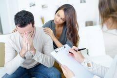 Traurige und deprimierte Paare der Psychotherapie Lizenzfreie Stockbilder