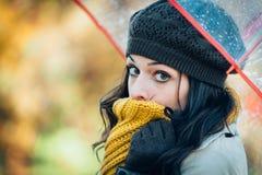 Traurige und kalte Herbstfrau Stockfotografie