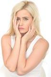 Traurige unglückliche durchdachte junge Frau, die besorgt und deprimiert schaut Stockfotos