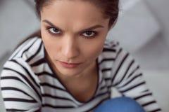 Traurige unglückliche Frau, die Sie betrachtet Stockbild