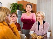 Traurige weibliche Pensionäre Stockbild