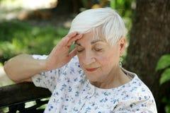 Trauriger Älterer mit Kopfschmerzen Stockfoto