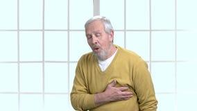 Trauriger alter Mann mit Herzinfarkt stock video footage