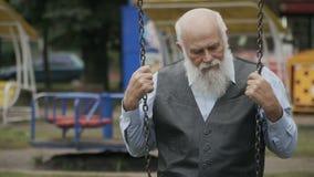 Trauriger alter Mann schwingt auf ständigem Schwanken in slowmotion stock video