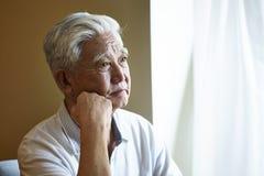 Trauriger asiatischer älterer Mann des Porträts stockfotos