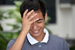 Trauriger asiatischer erwachsener Mann stockfoto
