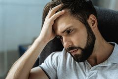 Trauriger bärtiger Mann, der frustriert sich fühlt stockfotografie