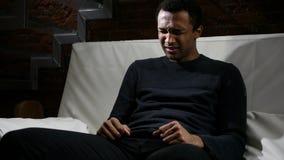 Trauriger deprimierter afrikanischer Mann, der mit Tränen in den Augen, weinend schreit Stockfotografie