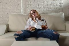 Trauriger deprimierter Alkoholiker getrunkene Frau, die zu Hause im HausfrauAlkoholmissbrauch und im Alkoholismus trinkt Stockbilder
