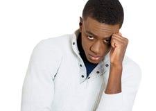 Trauriger deprimierter, allein, enttäuschter düsterer junger Mann Lizenzfreies Stockbild