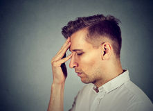 Trauriger deprimierter, allein, enttäuschter düsterer Mann Stockfoto