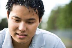 Trauriger deprimierter asiatischer Mann Stockfoto