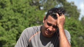 Trauriger deprimierter athletischer hispanischer erwachsener Mann stock footage