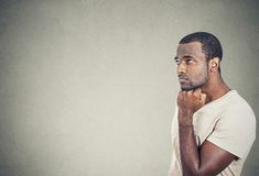Trauriger, deprimierter, besorgter junger Mann, der oben schaut Lizenzfreies Stockfoto
