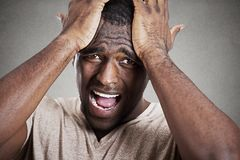 Trauriger deprimierter, betonter, allein, enttäuschter düsterer junger Mann Stockfoto