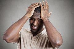 Trauriger deprimierter, betonter, allein, enttäuschter düsterer junger Mann Lizenzfreie Stockfotos