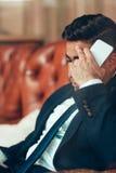 Trauriger deprimierter durchdachter Geschäftsmann Stockfotografie