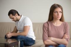 Trauriger deprimierter Ehemann beleidigte Frau im Streit und glaubte schuldigem f Stockbild