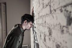 Trauriger deprimierter Geschäftsmann, der sich zu Hause im Geisteshilfskonzept einsam fühlt Lizenzfreie Stockfotografie