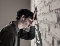 Trauriger deprimierter Geschäftsmann, der sich zu Hause im Geisteshilfskonzept einsam fühlt Lizenzfreie Stockfotos
