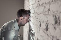 Trauriger deprimierter Geschäftsmann, der sich zu Hause im Geisteshilfskonzept einsam fühlt Lizenzfreie Stockbilder