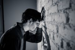 Trauriger deprimierter Geschäftsmann, der sich zu Hause im Geisteshilfskonzept einsam fühlt Lizenzfreies Stockfoto