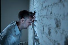 Trauriger deprimierter Geschäftsmann, der sich zu Hause im Geisteshilfskonzept einsam fühlt Stockbilder