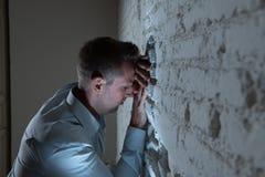 Trauriger deprimierter Geschäftsmann, der sich zu Hause im Geisteshilfskonzept einsam fühlt Lizenzfreies Stockbild