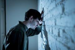 Trauriger deprimierter Geschäftsmann, der sich zu Hause im Geisteshilfskonzept einsam fühlt Stockbild
