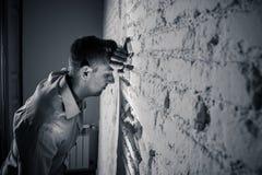 Trauriger deprimierter Geschäftsmann, der sich zu Hause im Geisteshilfskonzept einsam fühlt Stockfoto