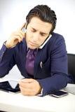 Trauriger deprimierter Geschäftsmann zu viel Arbeit Lizenzfreies Stockfoto