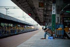 Trauriger deprimierter indischer Mann Stockbild