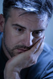 Trauriger, deprimierter junger Mann Stockfotografie
