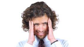 Trauriger, deprimierter müder junger Mann, Kopfschmerzen, gelockte Haare Stockfoto