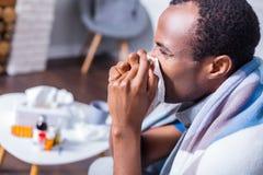Trauriger deprimierter Mann, der krank ist Stockbilder